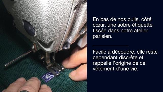 En bas de nos pulls cote coeur, une sobre etiquette tissee dans notre atelier parisien. Facile a decoudre, elle reste cependant discrete et rappelle I'origine de ce vetement d'une vie.