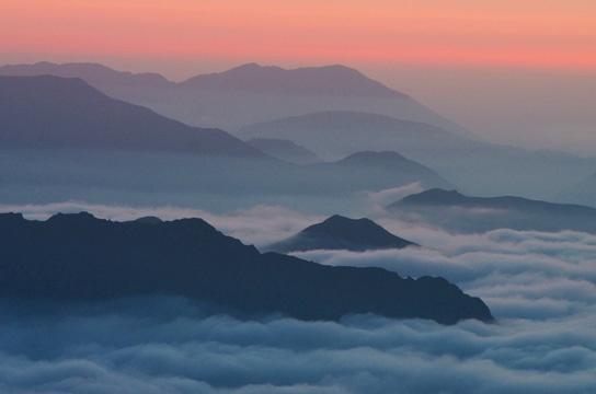 Du haut de la crête frontière se révèle la couche d'inversion pyrénéenne, souvent aux alentours de 2000m d'altitude. Un point d'observation privilégié pour le parapentiste prévoyant un vol.