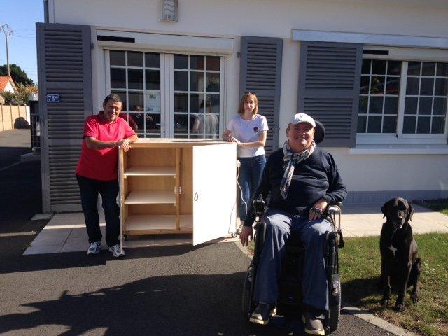 Tout le monde s'implique et s'applique ! Grâce à Daniel aidé d'Antoine notre café solidaire sera doté d'un beau meuble bar.