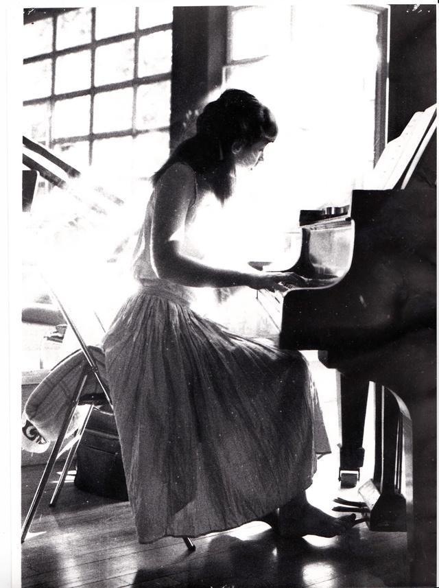 Agnès au piano, 16 ans