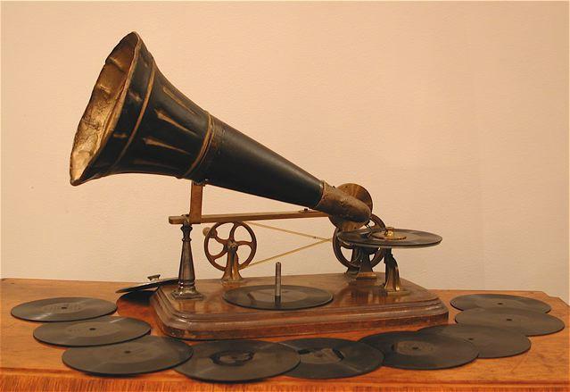 Le Gramophone d'Emile Berliner (1890) fabriqué par Kammer&Reinhardt, première machine de l'histoire du disque.