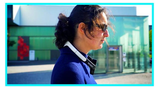 Femme de profil portant le Tour de Cou PANDA Guide autour de son cou.