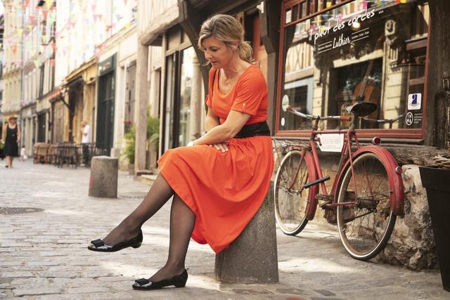Astrid Préel robe corail et ballerines françaises
