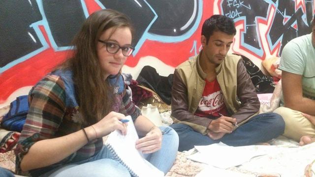 Héloïse Nio donnant des cours de français à la Maison des Réfugiés