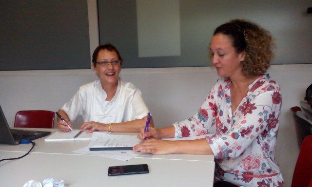Photo de Sylvie Chaussée-Hostein et Maryse Maillot travaillant sur le texte.