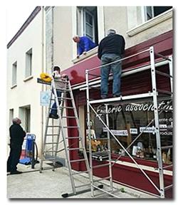 Bénévoles occupés aux travaux extérieurs