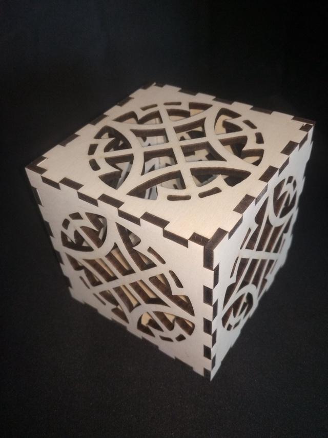 Un cube en bois creux pour un cube en bois lumineux