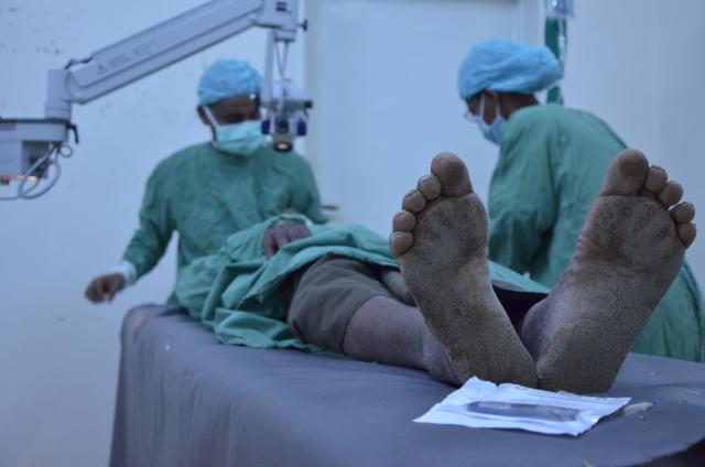 Un patient se fait opérer par le Dr Mandefro