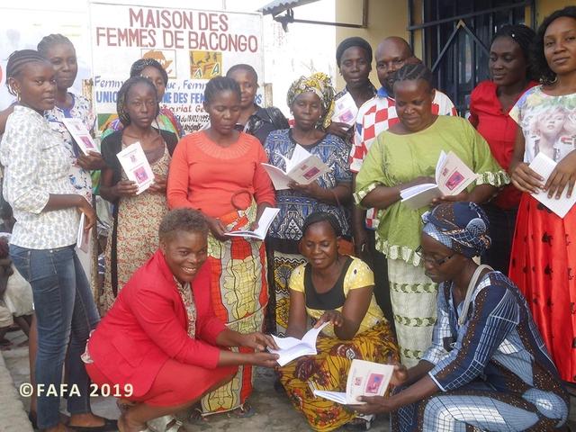 Devant la Maison de Bacongo, un groupe de femme avec la directrice (Françoise Batantou, premier plan, à gauche en rouge.