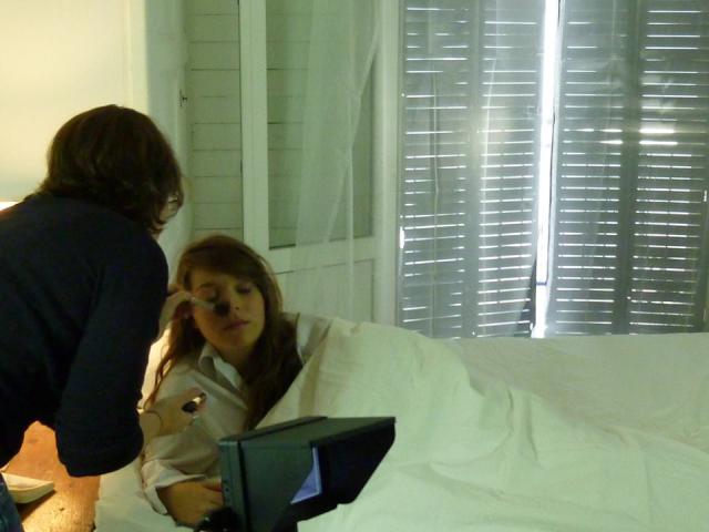 retouche maquillage avant la scène du reveil - Film ELLE de Jean-Marie PERON